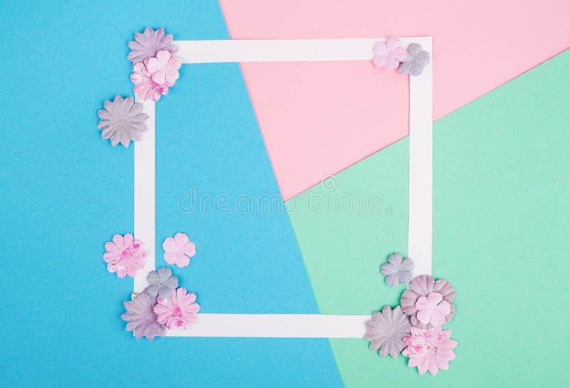 Quadro branco vazio e flores de papel diy imagens de stock