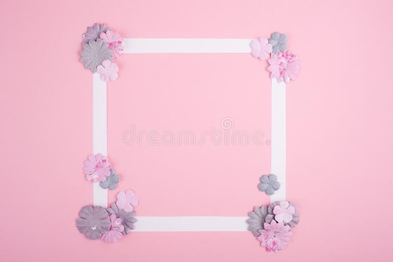 Quadro branco vazio e flores de papel diy fotos de stock royalty free