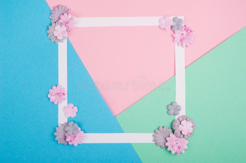 Quadro branco vazio e flores de papel diy foto de stock