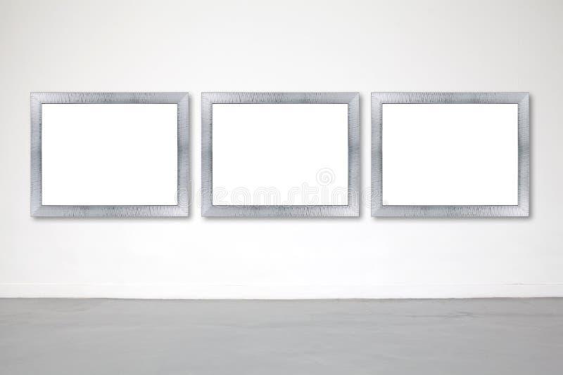 Quadro clássico na parede do cimento branco na galeria imagem de stock