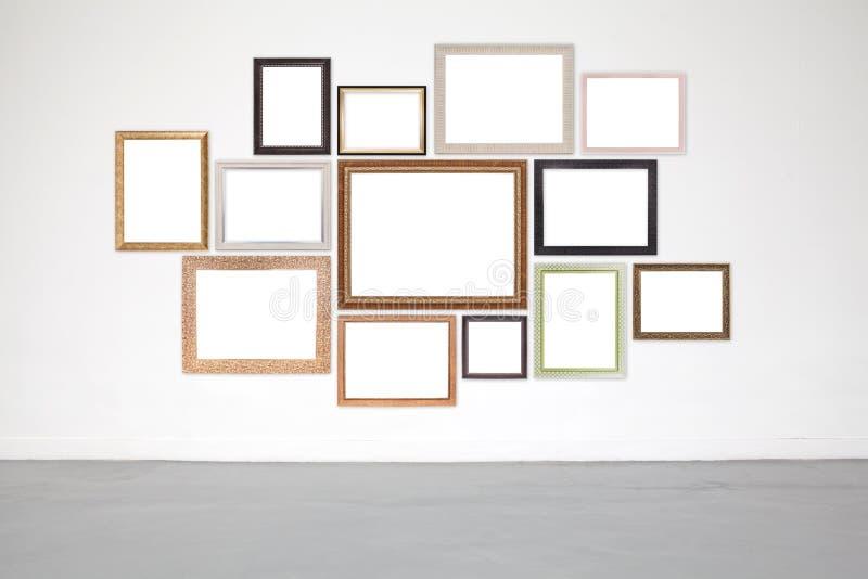 Quadro clássico na parede do cimento branco na galeria fotos de stock