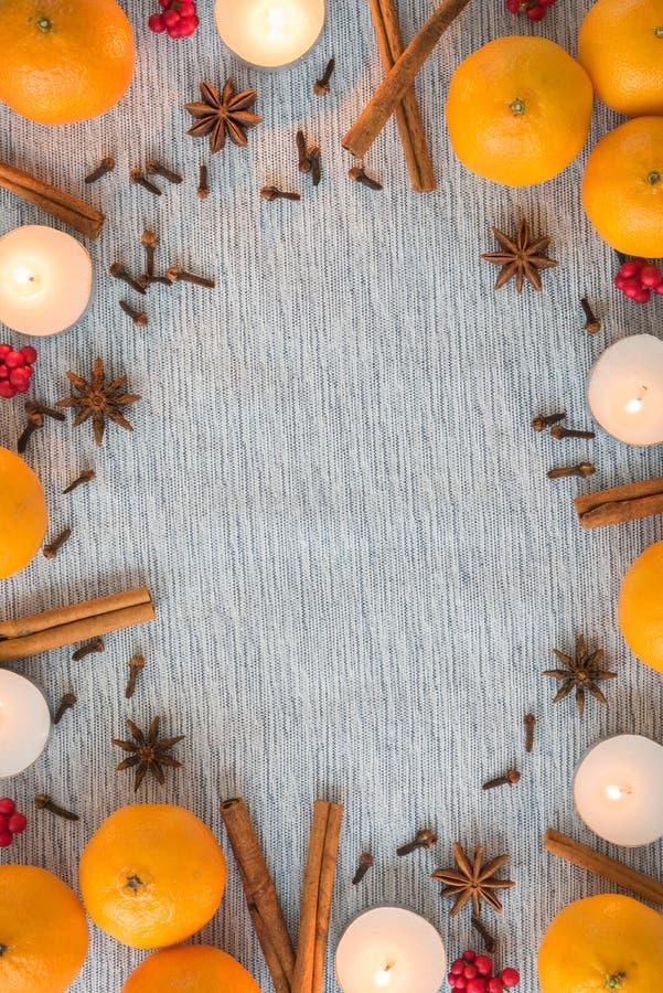 Quadro colocado liso do Natal das laranjas, das especiarias, e das velas imagem de stock royalty free