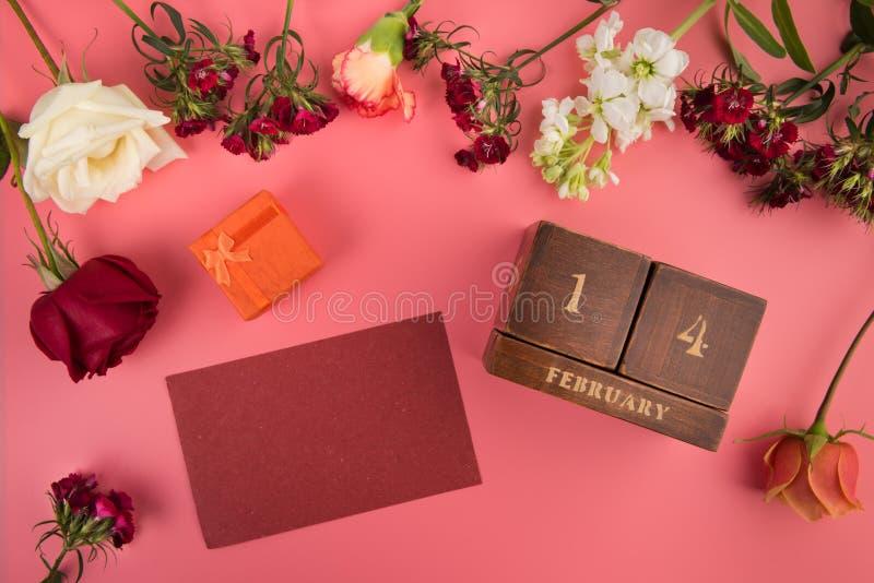 Quadro com espaço da cópia para o cartão para a disposição de Valentine Day Holiday com símbolos do amor e do calendário perpétuo foto de stock royalty free