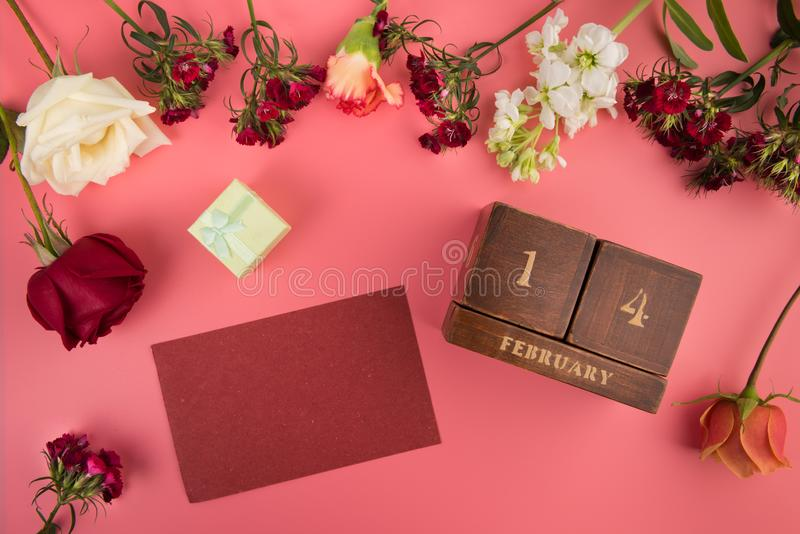 Quadro com espaço da cópia para o cartão para a disposição de Valentine Day Holiday com símbolos do amor e do calendário perpétuo fotografia de stock royalty free