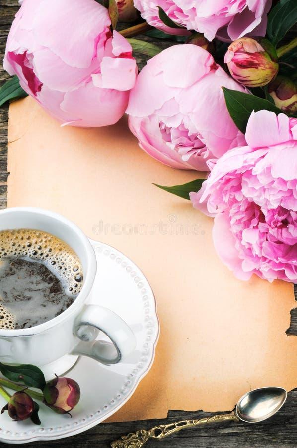 Quadro com peônias e café cor-de-rosa fotos de stock