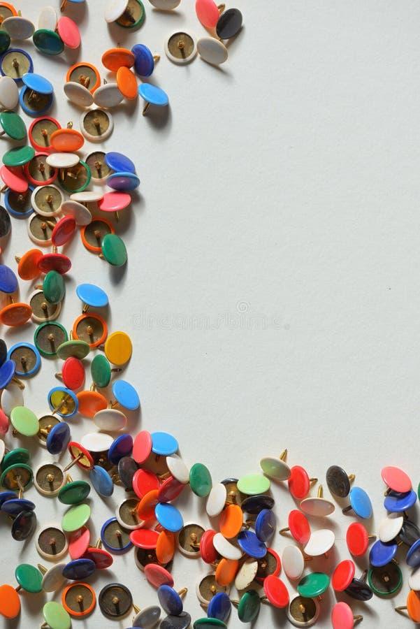 Quadro com percevejos coloridos foto de stock