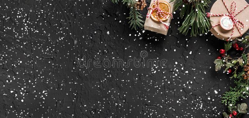 Quadro criativo da disposição feito de ramos de árvore do Natal, cones do pinho, presentes no fundo escuro Tema do Xmas e do ano  foto de stock royalty free