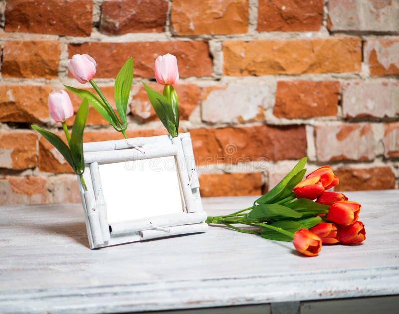 Quadro da foto com o ramalhete das tulipas foto de stock