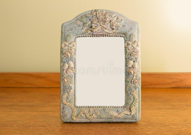 Quadro da foto do vintage que está na tabela de carvalho fotos de stock royalty free