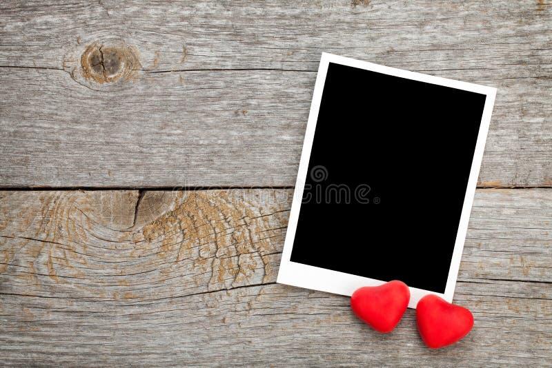 Quadro da foto e coração vermelho pequeno dos doces imagem de stock royalty free