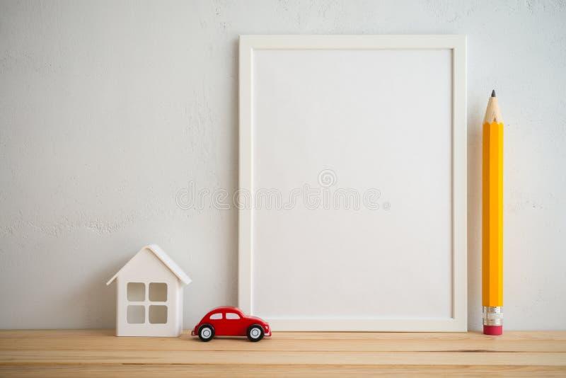 Quadro da foto e propriedade do carro da casa, educação do lápis no wa branco fotografia de stock