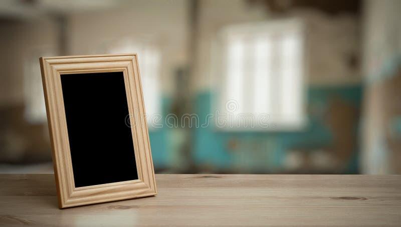 Quadro da foto na tabela de madeira fotografia de stock royalty free