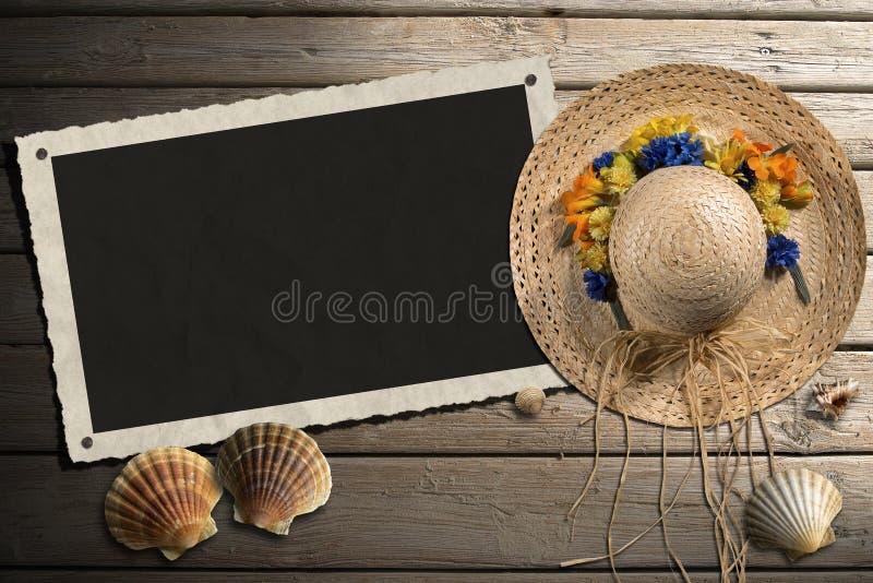 Quadro da foto no passeio à beira mar de madeira com areia ilustração stock