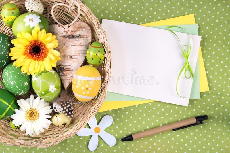 Quadro da Páscoa com ovos e flores, espaço para seu texto no papel imagens de stock