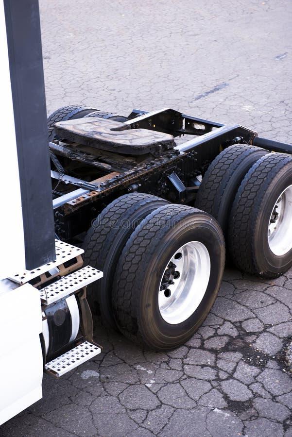 Quadro da quinta roda dos eixos e rodas do grande semi caminhão foto de stock royalty free