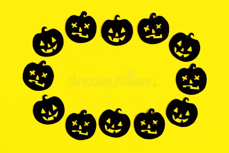 Quadro das abóboras de papel pretas em um fundo amarelo Decorações do feriado para Dia das Bruxas com espaço da cópia imagem de stock royalty free