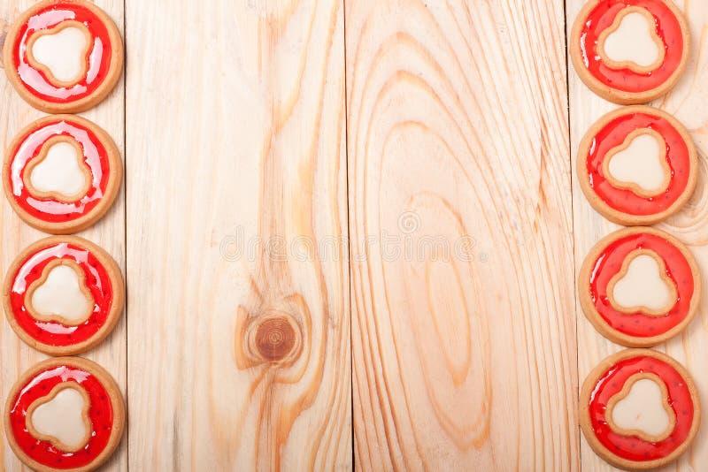 Quadro das cookies com geleia em um fundo de madeira claro foto de stock royalty free