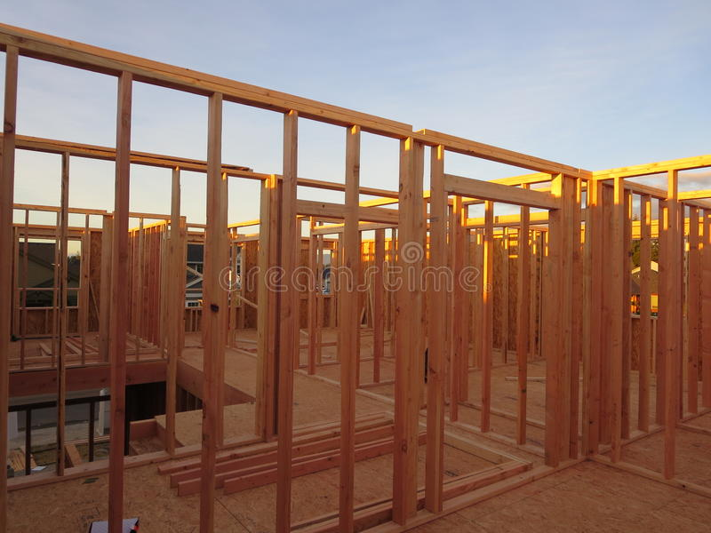 Quadro das salas do segundo andar de uma casa de madeira sob a construção imagens de stock royalty free