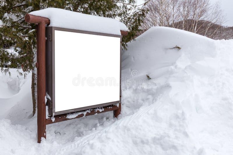 Quadro de avisos coberto com a neve fotografia de stock