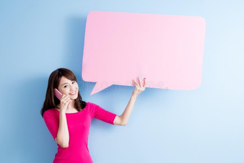 Quadro de avisos da bolha do discurso da tomada da mulher fotos de stock