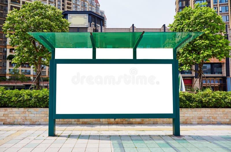 Quadro de avisos da parada do ônibus, quadro de avisos vazio foto de stock