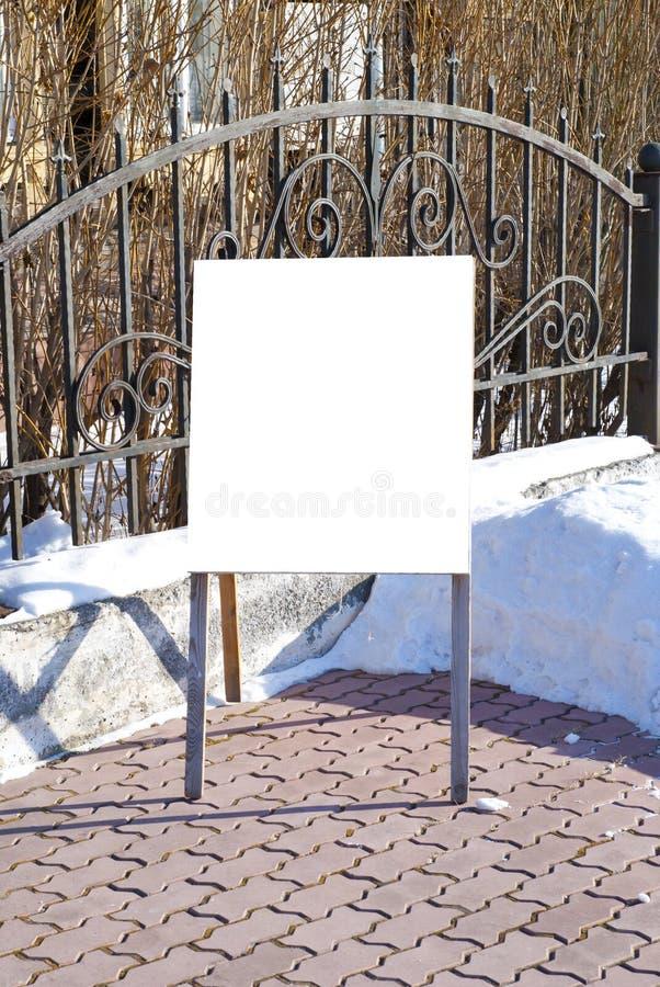 Quadro de avisos em branco do anúncio em uma rua imagem de stock royalty free