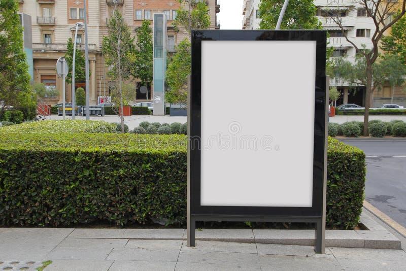 Quadro de avisos em branco na rua foto de stock