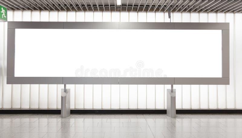 Quadro de avisos em branco no salão imagem de stock royalty free