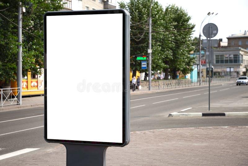 Quadro de avisos em branco vertical Modelo da propaganda exterior com espaço da cópia no passeio da rua da cidade foto de stock royalty free