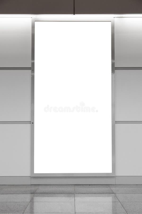 Quadro de avisos em branco vertical na parede imagem de stock royalty free