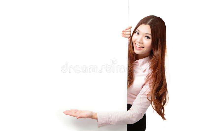 Quadro de avisos feliz novo do espaço em branco da exibição da mulher de negócio imagem de stock