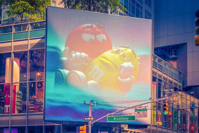 Quadro de avisos gigante que mostra M&M Candy nas ruas de Broadway imagem de stock royalty free