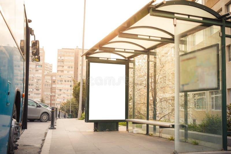 Quadro de avisos na estação de ônibus imagem de stock