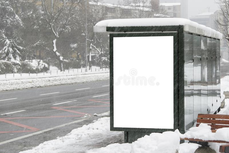 Quadro de avisos na rua no inverno fotografia de stock royalty free