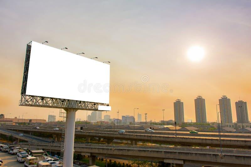 quadro de avisos ou cartaz da propaganda na estrada para o engodo da propaganda imagem de stock