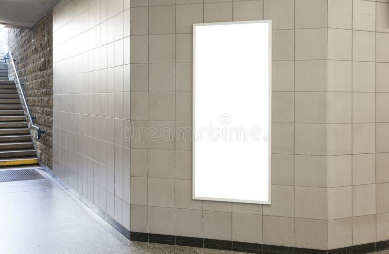 Quadro de avisos ou cartaz vazio no salão imagens de stock