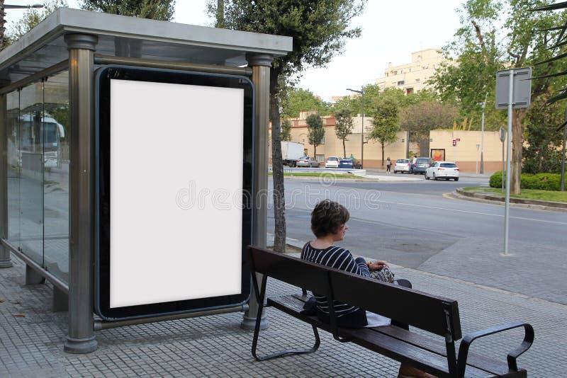 Quadro de avisos vazio em uma parada do ônibus fotos de stock royalty free