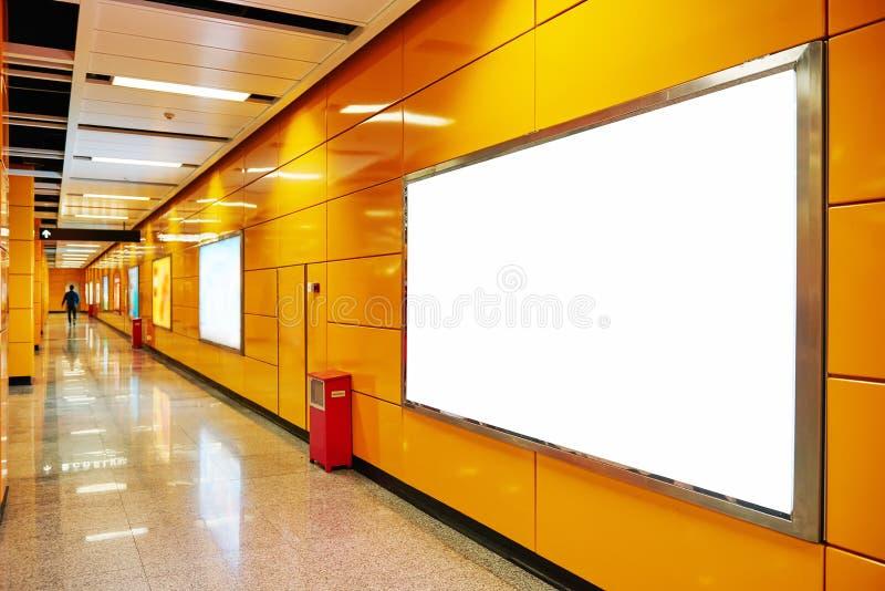 Quadro de avisos vazio no corredor do metro fotografia de stock
