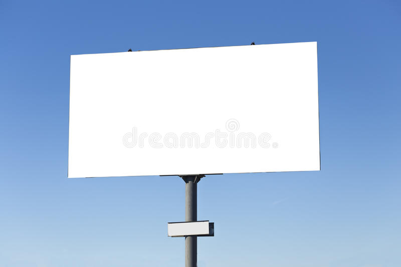 Quadro de avisos vazio no fundo do céu azul foto de stock royalty free