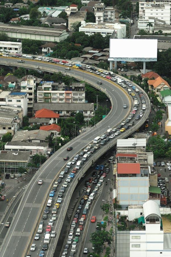 Quadro de avisos vazio para a propaganda em Banguecoque com muitos carros imagem de stock royalty free