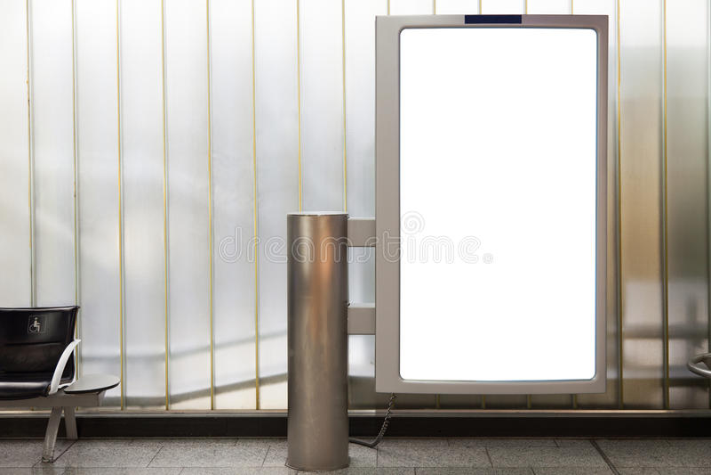 Quadro de avisos vertical em branco dentro no subsolo fotos de stock
