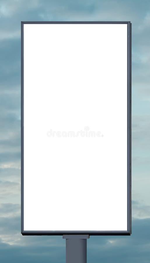 Quadro de avisos vertical vazio contra um céu azul fotografia de stock royalty free