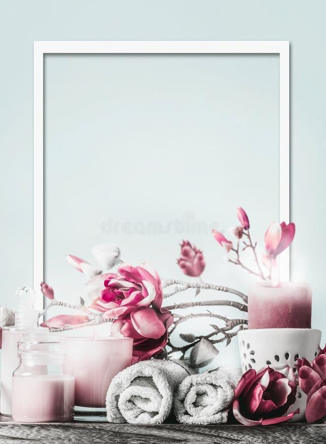 Quadro de bem-estar com produtos cosméticos para o corpo, velas, flores e toalhas em fundo azul claro com espaço de cópia Saudáve fotografia de stock royalty free