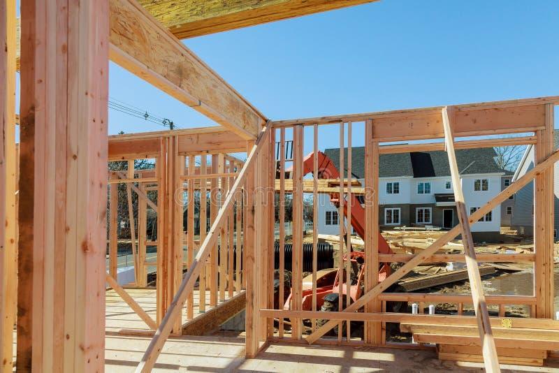 Quadro de construção de madeira na construção de habitações da Multi-família imagem de stock