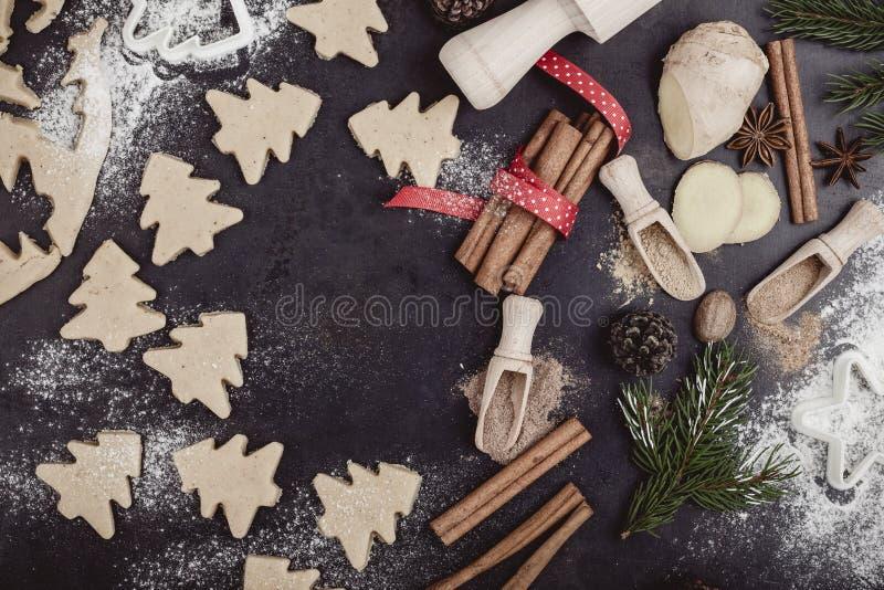 Quadro de cookies e de especiarias do Natal sobre a tabela rústica com bobina foto de stock