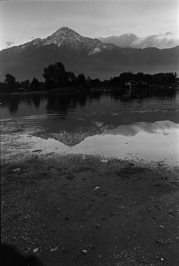 Quadro de filme, câmera análoga preto e branco, lago de Como, Itália imagens de stock royalty free
