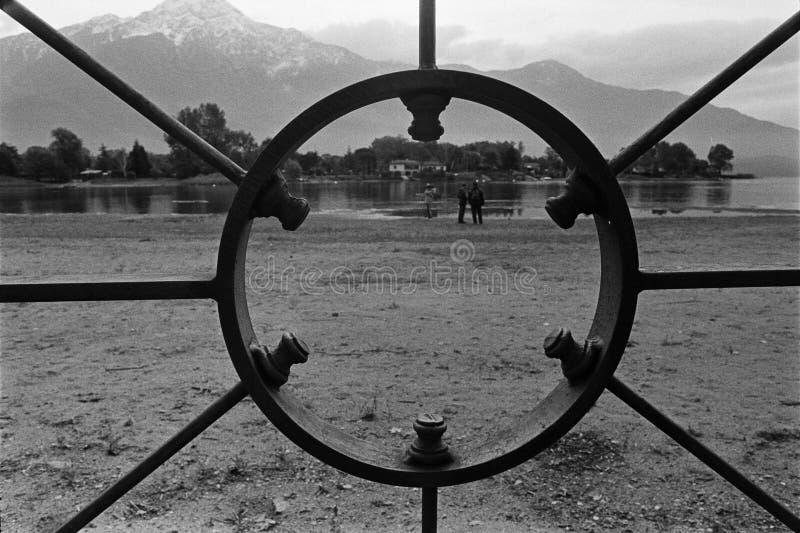 Quadro de filme, câmera análoga preto e branco, lago de Como, Itália foto de stock royalty free
