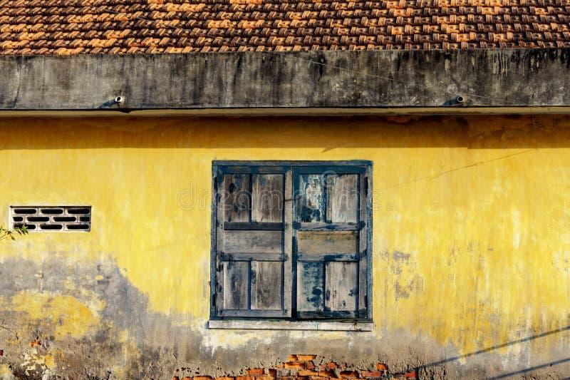Quadro de janela com a pintura velha rachada fotos de stock
