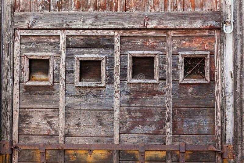 Quadro de janela de madeira almofadado da madeira desencapada. foto de stock
