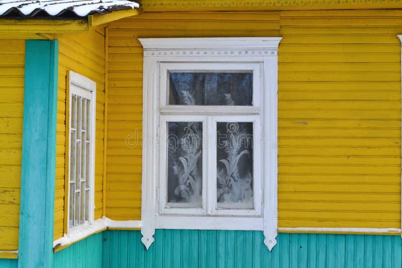 Quadro de janela do vintage no fim tradicional da vila do russo acima Fundo de madeira Front View imagem de stock